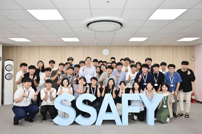 이재용 삼성전자 부회장이 20일 광주사업장 내 삼성 청년 소프트웨어 아카데미(SSAFY) 광주 교육센터를 방문해 교육생들과 함께 기념촬영을 하고 있다.