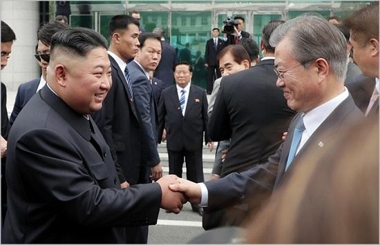 문재인 대통령과 김정은 북한 국무위원장이 지난 6월 판문점 공동경비구역 자유의 집 앞에서 회동하고 있다. ⓒ청와대