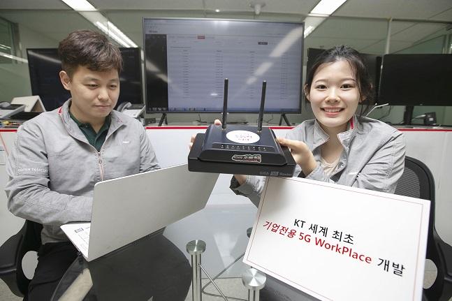 KT 직원들이 21일 서울 서초구 우면동에 있는 융합기술원 내 연구실에서 '5G 워크플레이스' 기술을 시연하고 있다.ⓒKT