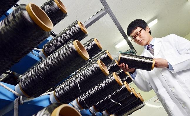 효성 안양기술원에서 연구원이 효성첨단소재의 탄소섬유 제품을 살펴보고 있다. ⓒ효성