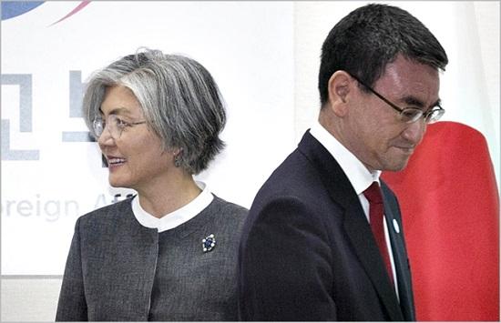 강경화 외교부 장관과 고노 다로 일본 외무상 ⓒ데일리안