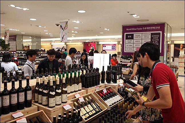 롯데백화점을 찾은 방문객들이 매장에서 와인을 살펴보고 있다. ⓒ 롯데백화점