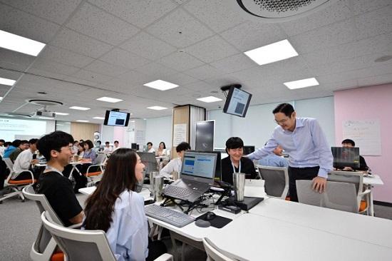 이재용 삼성전자 부회장이 20일 광주 사업장 내 삼성 청년 소프트웨어 아카데미(SSAFY) 교육센터를 방문해 교육생들을 격려하고 있다.ⓒ삼성전자