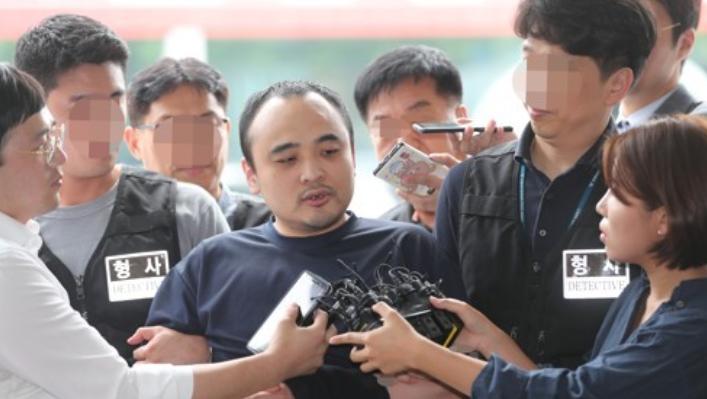 모텔 손님을 살해한 뒤 시신을 훼손해 한강에 유기한 혐의로 구속된 장대호(38)가 21일 오후 경기 고양경찰서에서 취재진 질문에 답하고 있다. ⓒ연합뉴스