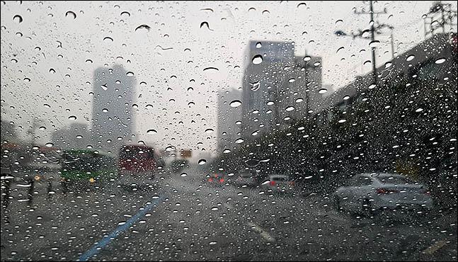 서울 구로구 구로디지털역 앞 거리에 거세게 소나기가 내리고 있다. (자료사진) ⓒ데일리안 박항구 기자