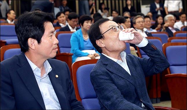 이해찬 더불어민주당 대표가 21일 오후 국회에서 열린 의원총회에서 고개를 뒤로 젖혀 단숨에 물을 들이키고 있다. ⓒ데일리안 박항구 기자