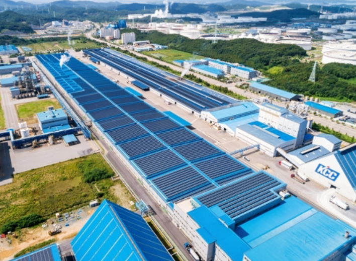 지붕형 태양광 발전소가 설치된 KCC 대죽공장 전경 ⓒKCC