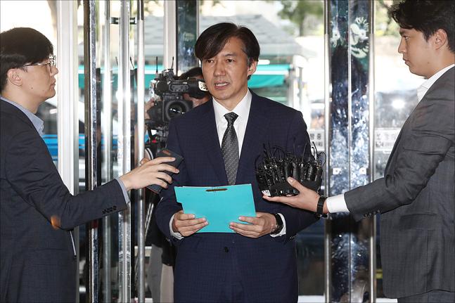 조국 법무부 장관 후보자가 22일 오전 서울 종로구 적선현대빌딩에 마련된 인사청문회 준비 사무실로 출근하며 취재진의 질문에 답변하고 있다. ⓒ데일리안 홍금표 기자