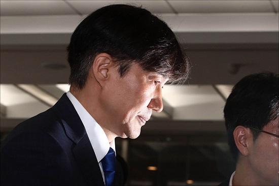 법무부 장관 후보자로 지명된 조국 전 청와대 민정수석이 9일 오후 인사청문회 준비 사무실이 마련된 서울 종로구 적선동 현대빌딩에서 소감을 밝힌 뒤 사무실로 들어가고 있다. ⓒ데일리안 홍금표 기자