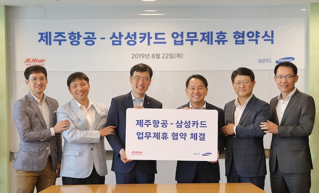 삼성카드는 22일 제주항공과 서울 중구 삼성본관빌딩에서 마케팅 업무제휴 협약을 체결했다고 밝혔다. 삼성카드 원기찬 사장(오른쪽)과 제주항공 이석주 사장이 기념촬영을 하고 있다. ⓒ삼성카드
