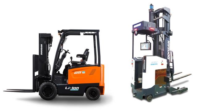 (주)두산의 리튬이온 배터리 지게차(왼쪽, 모델명 : B25S-7 리튬이온)와 무인 지게차(모델명 : BR20SP AGV)ⓒ(주)두산