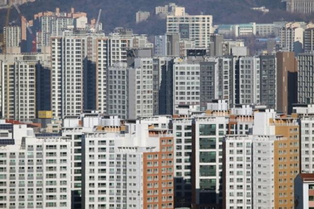 7월 주택매매거래량이 올해들어 최대치를 기록했다. 사진은 서울의 한 아파트 밀집지역 모습.(자료사진) ⓒ연합뉴스