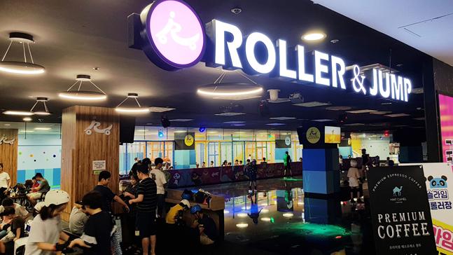 잠실점 국제스케이트장 전경. 매장 리뉴얼 이후 10~20대 고객이 늘면서 총 내방객 수가 11.4% 증가했다.ⓒ롯데마트