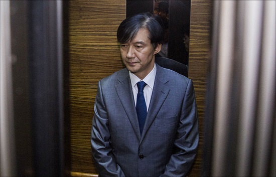 조국 법무부 장관 후보자가 23일 오후 인사청문회 준비 사무실이 마련된 서울 종로구 적선현대빌딩에서 재산 사회 환원과 관련해 긴급기자회견을 마친 후 사무실로 들어가고 있다. ⓒ데일리안 홍금표 기자
