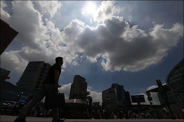전국에 30도 안팎 더위가 계속되고, 구름이 많이 껴 흐리겠다. ⓒ데일리안 류영주 기자