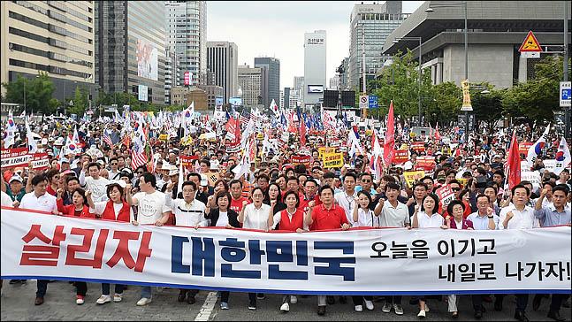 황교안 대표와 나경원 원내대표를 비롯한 자유한국당원들이 24일 오후 서울 광화문광장에서 열린