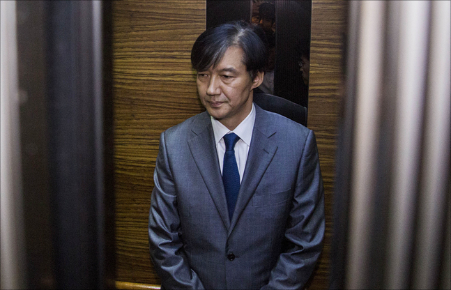 조국 법무장관 후보자가 23일 오후 인사청문회 준비 사무실이 마련된 서울 종로구 적선현대빌딩에서 재산 사회 환원과 관련해 긴급기자회견을 마친 후 사무실로 들어가고 있다(자료사진). ⓒ데일리안 홍금표 기자
