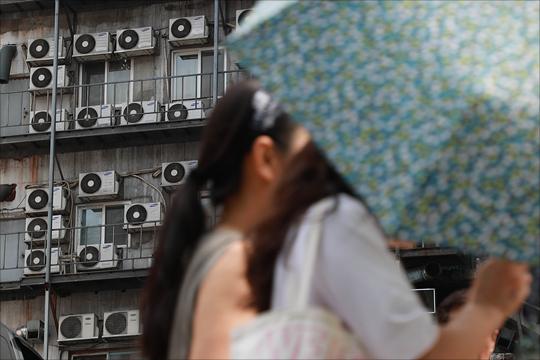 7∼8월 주택용 전기요금 상시 할인이 처음 적용된 올해 여름 하루 최대전력 사용량이 작년보다 감소하면서 전기요금 총할인액도 지난해보다 줄어들 것으로 보인다. ⓒ데일리안 홍금표 기자