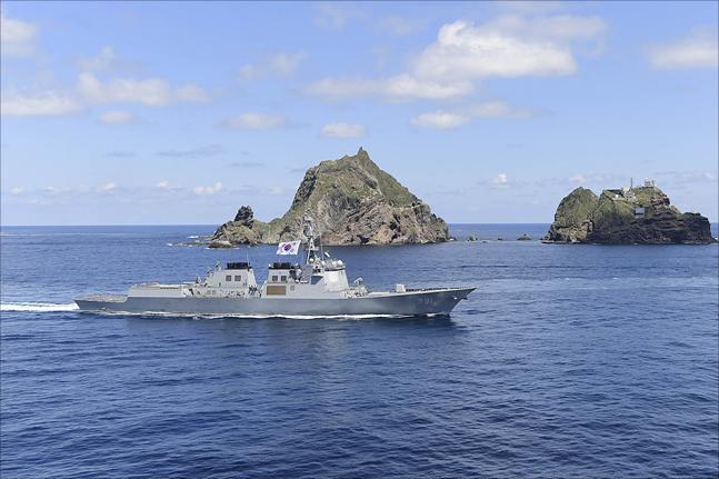 동해영토수호훈련이 전격 개시된 25일 이지스 구축함 세종대왕함(DDG, 7,600톤급)을 비롯한 해군 함정들이 독도 앞 해상을 항해하고 있다. ⓒ국방부