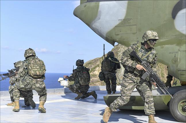 동해영토수호훈련이 전격 개시된 25일 해병대 신속기동부대 대원들이 시누크(CH-47) 헬기를 통해 독도에 전개하고 있다. ⓒ국방부