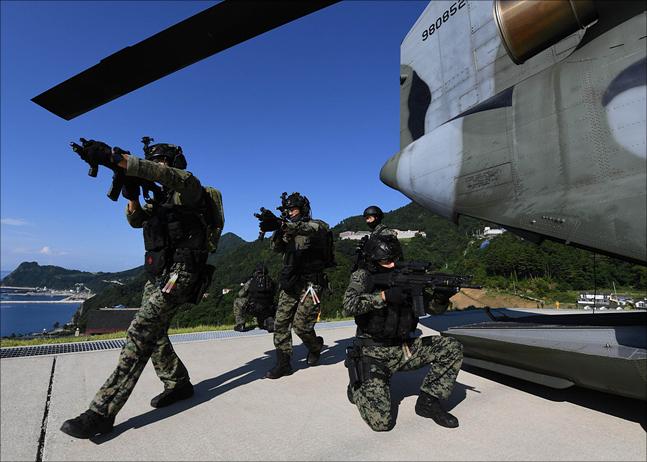 동해영토수호훈련이 전격 개시된 25일 해육군 특전사 대원들이 시누크(CH-47) 헬기를 통해 울릉도에 전개하고 있다. ⓒ국방부