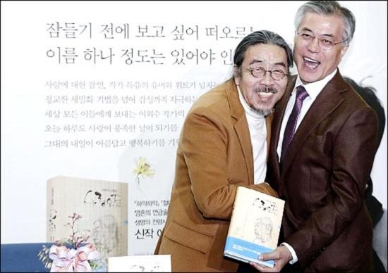 소설가 이외수 씨(사진 왼쪽)가 지난 2012년 11월 서울 영등포 타임스퀘어 교보문고에서 당시 민주통합당 대선 후보였던 문재인 대통령과 포옹하고 있다. ⓒ데일리안