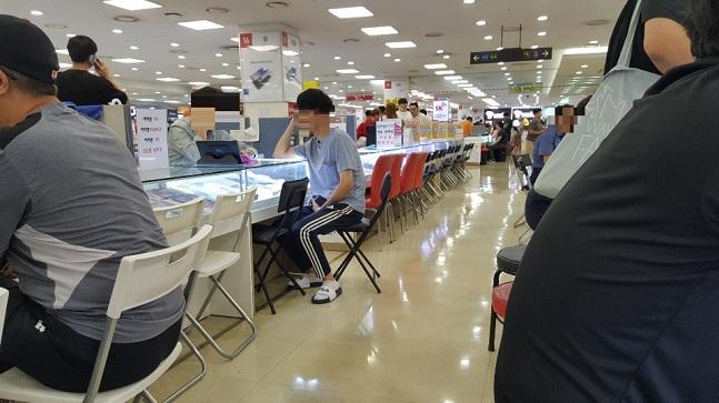 지난 25일 서울 신도림 테크노마트 9층 휴대폰 집단상가가 판매점 상인들과 구매자들로 북새통을 이루고 있다.ⓒ데일리안 김은경 기자