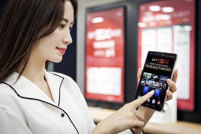 SK텔레콤 모델이 삼성전자 갤럭시폴드 5G를 소개하고 있다.ⓒSK텔레콤