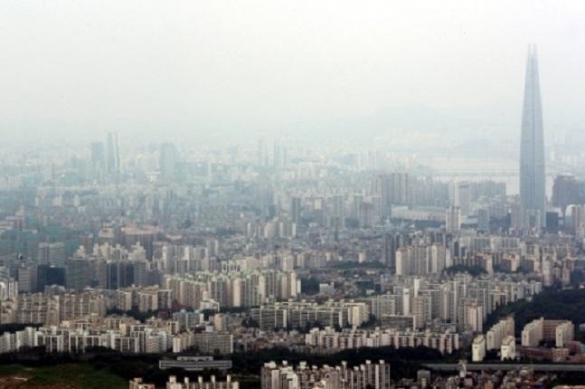 디플레이션이 현실화 됐을 경우 부동산 시장의 향방에 대해서도 관심이 쏠리는 분위기다. 사진은 서울의 한 아파트 밀집지역 모습. ⓒ연합뉴스