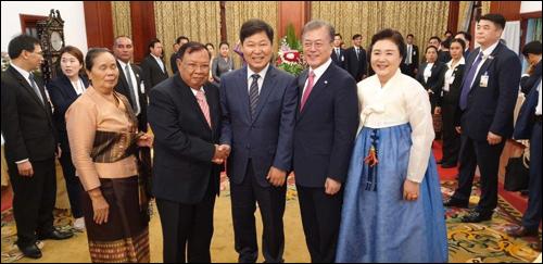 한국과 라오스 정상 내외와 기념 사진을 찍은 이만수 전 감독. ⓒ 헐크 파운데이션