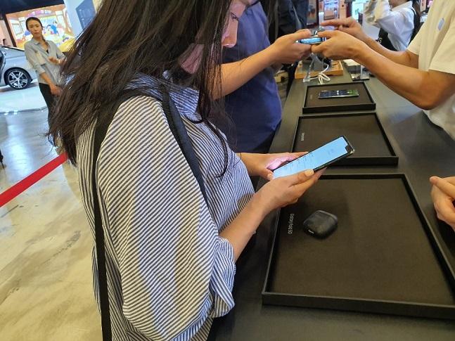 삼성전자 갤럭시폴드 국내 출시 첫날인 6일, 서울 삼성동 코엑스 메가박스 'U+브랜드관'에 마련된 LG유플러스 체험존에서 고객들이 기기를 체험해보고 있다.ⓒ데일리안 김은경 기자