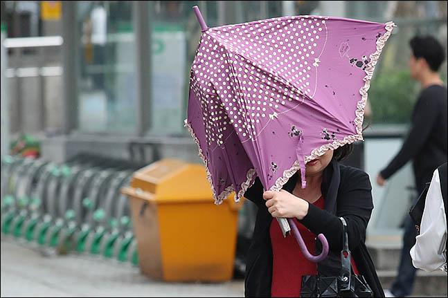 제13호 태풍 '링링'의 영향으로 강한 바람이 분 지난 7일 오후 서울 관악구 사당역 주변에서 시민이 발걸음을 재촉하고 있다. ⓒ데일리안 류영주 기자