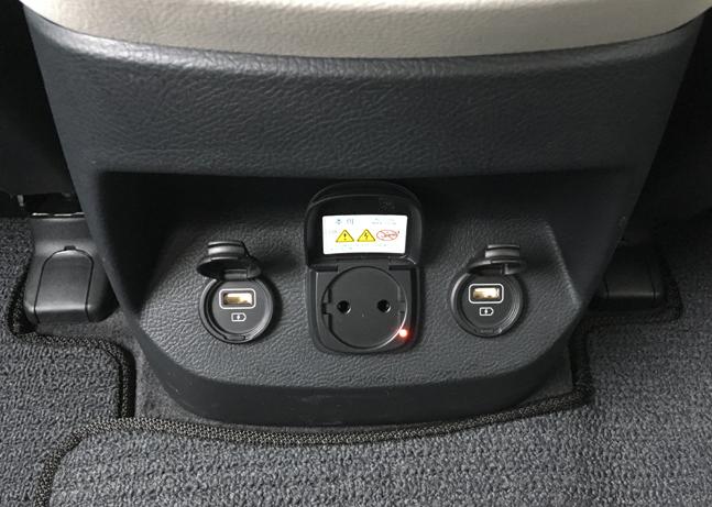 모하비 더 마스터 센터콘솔 뒤쪽 아래에 위치한 220V 전원 콘센트와 2개의 USB 충전 포트. 2열 승객들을 위한 편의 장비다. ⓒ데일리안 박영국 기자