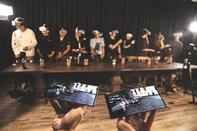 T1선수단과 '점프 AR·VR' 이용 고객들이 SK텔레콤 '소셜 VR' 기술 체험을 하는 모습.ⓒSK텔레콤