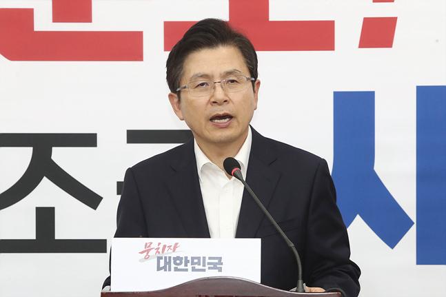 황교안 자유한국당 대표가 10일 서울 여의도 국회에서 긴급 기자회견을 갖고 있다. ⓒ데일리안 홍금표 기자