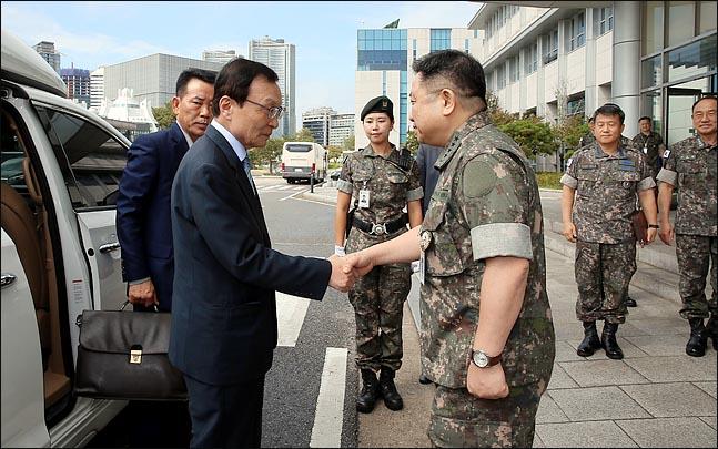 이해찬 더불어민주당 대표가 10일 서울 용산구 합동참모본부를 방문해 박한기 합참의장과 악수를 하고 있다.ⓒ국회사진취재단