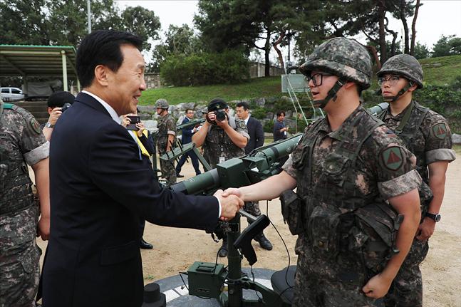 손학규 바른미래당 대표가 10일 경기도 김포시 제505방공대대를 방문해 장병들을 격려하고 있다. ⓒ국회사진취재단