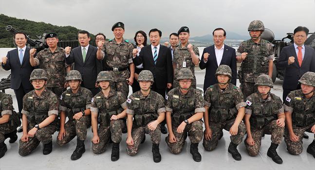손학규 바른미래당 대표가 10일 서울 강서구 수도방위사령부 제1방공여단 방공진지를 둘러본 뒤 장병들과 기념촬영을 하고 있다. ⓒ국회사진취재단