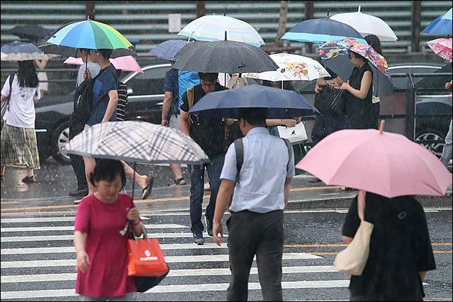 서울 관악구에 우산을 쓴 시민들이 출근을 하고 있다.(자료사진)ⓒ데일리안 류영주 기자