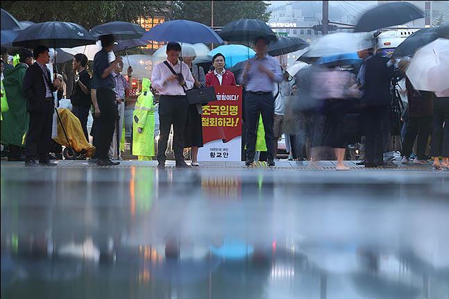 황교안 자유한국당 대표가 10일 오후 서울 종로구 세종대로 사거리에서 조국 법무부 장관 임명을 규탄하며 1인 시위를 하고 있다. ⓒ데일리안 류영주 기자