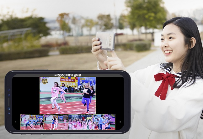 SK텔레콤이 OTT 옥수수 5GX관에서 MBC 추석 특집 예능프로그램 '아육대'를 12일 방송 직후부터 멀티뷰 VOD로 서비스한다. 사진은 SK텔레콤 모델이 멀티뷰 서비스를 이용하는 모습.ⓒSK텔레콤