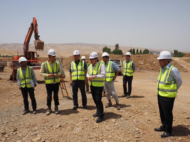 지난 2015년 이라크 쿠르드 현장을 방문한 김석준 회장(사진 왼쪽에서 네번째). ⓒ쌍용건설