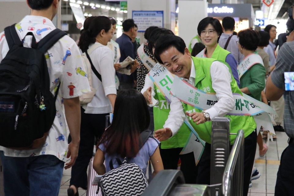 정동영 민주평화당 대표가 11일 서울 용산역에서 추석 귀성객들을 배웅하고 있다. ⓒ민주평화당
