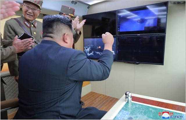김정은 북한 국무위원장이 지난달 16일 강원도 통천 일대에서 신형 전술지대지미사일 시험발사를 참관하고 있다. ⓒ조선중앙통신
