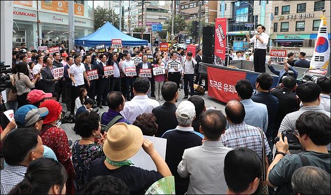추석연휴를 하루 앞둔 11일 황교안 자유한국당 대표를 비롯한 의원들과 당원들이 인천시 부평 문화의 거리에서 열린 살리자 대한민국! 문재인 정권 순회 규탄대회에서 구호를 외치고 있다. ⓒ데일리안 박항구 기자