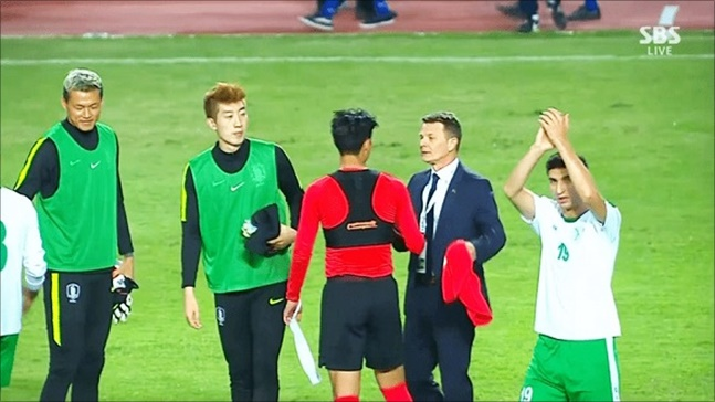 [대한민국 투르크메니스탄] 투르크메니스탄 감독이 경기 후 손흥민에게 유니폼을 요구하고 있다. SBS 중계화면