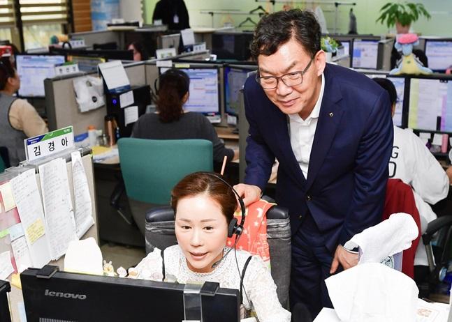 이대훈 NH농협은행장이(사진 오른쪽)이 서울시 용산구에 위치한 고객행복센터를 찾아 추석 연휴 비상대응 체계를 점검하고 있다.ⓒNH농협은행