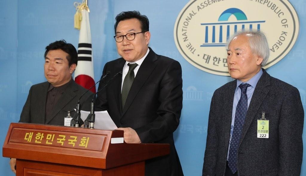 홍성문 민주평화당 대변인.(가운데)ⓒ연합뉴스