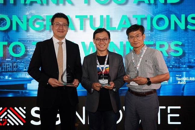 이강원 SK텔레콤 클라우드랩스장(가운데)과 류탁기 AN개발팀장(왼쪽) 등 SK텔레콤 구성원들이 11일(현지시각) 싱가포르에서 열린 'TechXLR8 Asia' 어워드에서 '5G 혁신 기술' 등 총 3개 부문에서 수상한 뒤 기념촬영 하고 있다.ⓒSK텔레콤