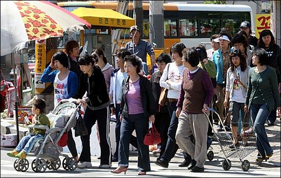 시민들이 횡단보도를 건너는 모습.(자료사진)ⓒ데일리안